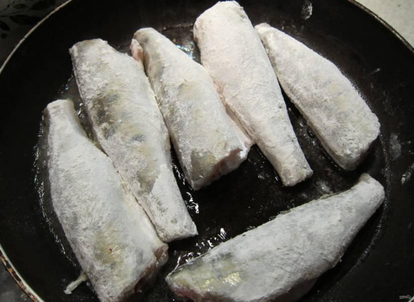 4.Муку насыпаю в миску, обваливаю в ней рыбку. Сковороду с подсолнечным маслом хорошенько разогреваю, отправляю на нее рыбу.