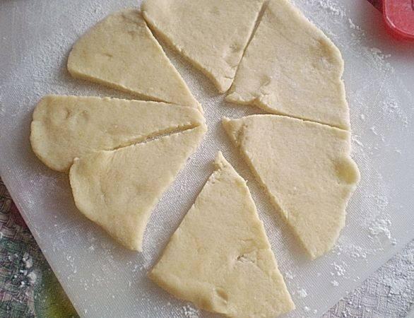 Достаем тесто из холодильника и делим на 3-4 части. Каждую часть раскатываем в круглый пласт, толщиной 0,5 см.Разрезаем круг из теста на треугольные сегменты.