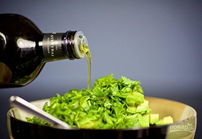 5. Полейте салат оливковым маслом.