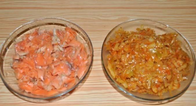 Начинка для пирога готова: филе форели и тушеная с овощами капуста.