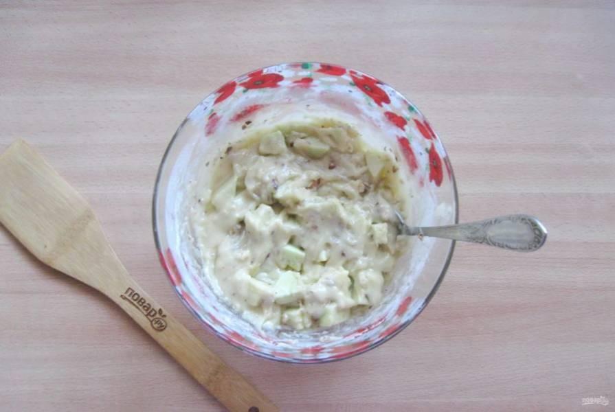 Перемешайте тесто с яблоками и орехами.