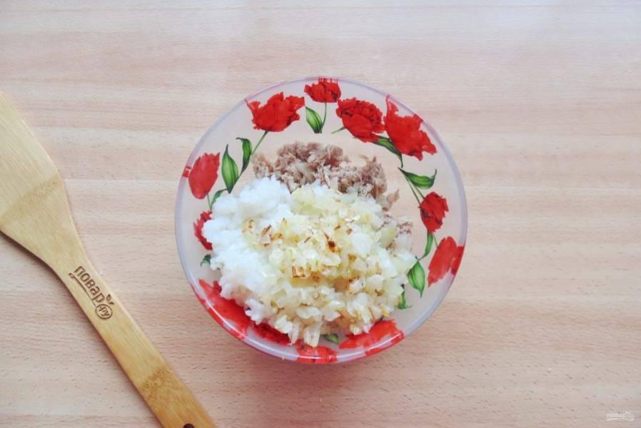 Лук мелко нарежьте и поджарьте в сковороде с подсолнечным маслом до легкого, золотистого цвета. Добавьте в начинку.