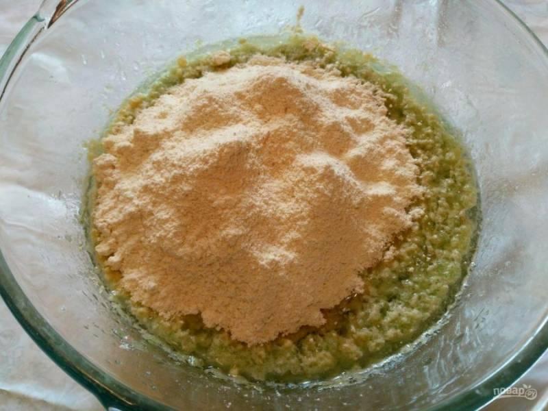 Всыпьте в массу просеянную кукурузную муку, тщательно соединяя компоненты.
