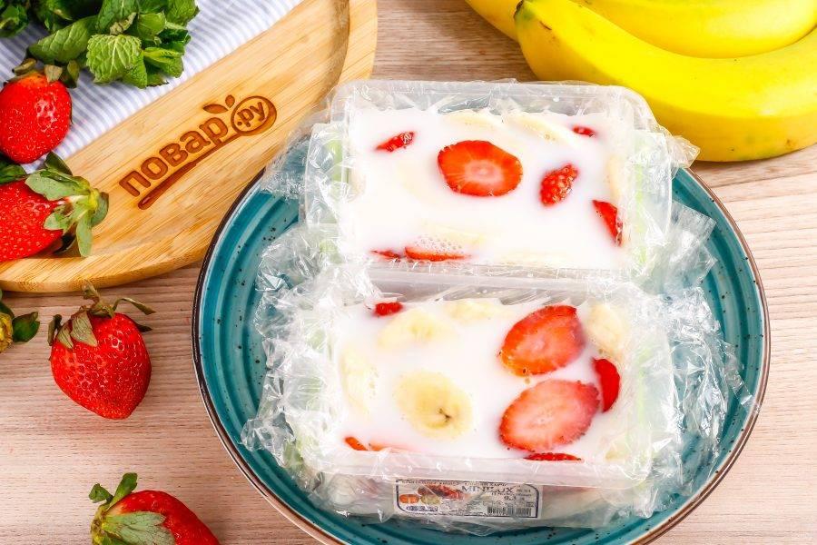 Аккуратно залейте все сливками и поместите в холод. В морозильной камере террин застынет за 20 минут, в холодильнике — за 40 минут при условии небольших порций. Если вы готовите крупный десерт, то охлаждайте его минимум 2-3 часа.