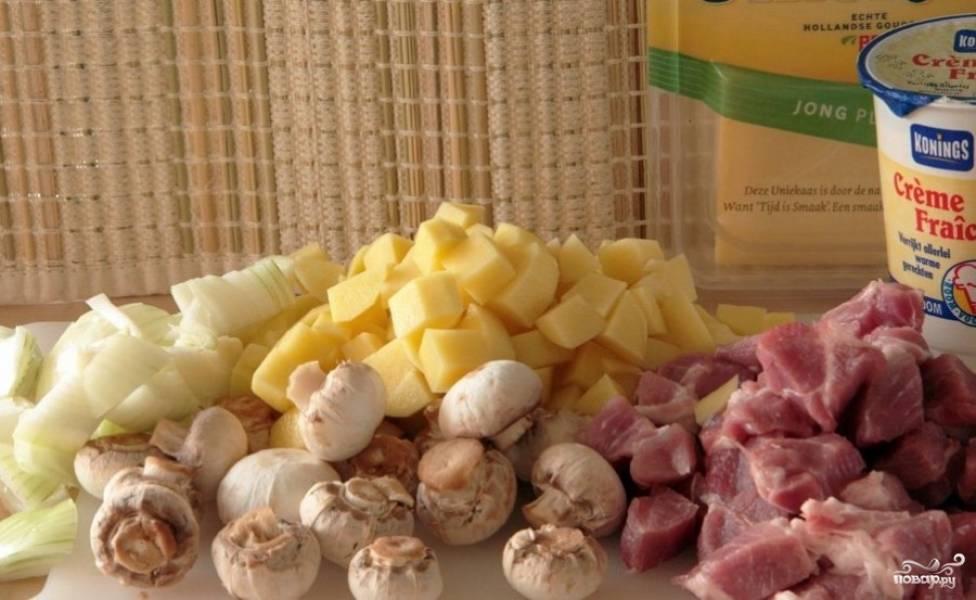 Подготавливаем продукты: мясо и картофель нарезаем некрупными кубиками, лук можно нарезать произвольно. Шампиньоны промываем и, если они крупные, нарезаем на части, но лично я всегда выбираю маленькие грибы и готовлю их целиком, так гораздо красивее.