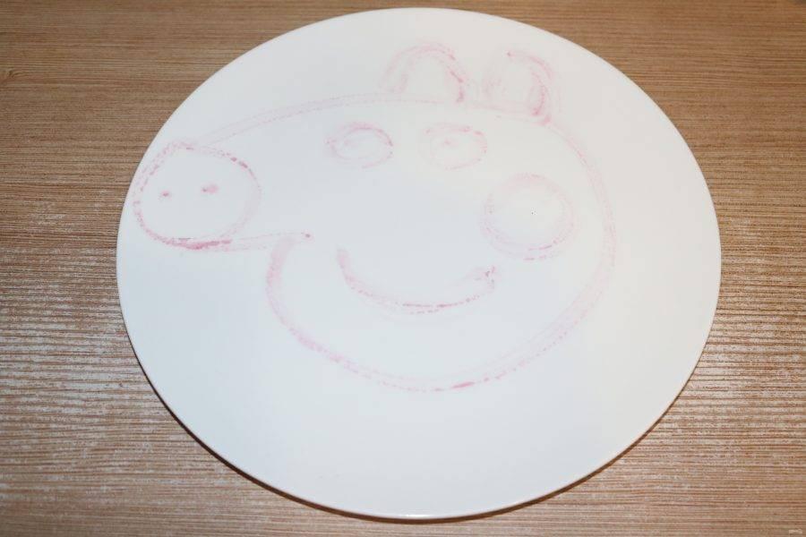 На тарелке обозначьте свинку.