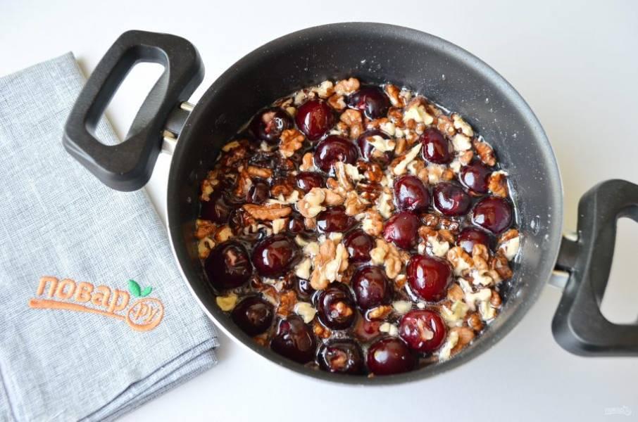 4. В кипящий сахарный сироп положите оставшиеся орехи и подготовленные ягоды. Доведите до кипения и снимите с огня. Оставьте варенье на 12 часов.