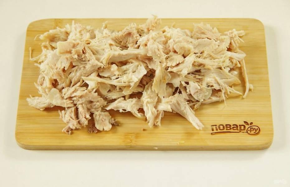 3. Куриное филе мелко порежьте или разберите на волокна.