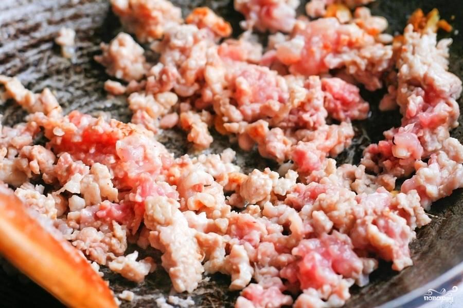 К чесноку выложите говяжий фарш. Тушите фарш до готовности.