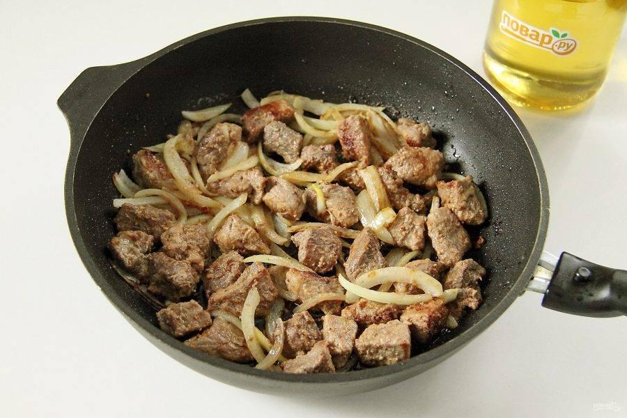 Добавьте нарезанный перьями лук и продолжайте готовить все вместе, пока лук не станет мягким.