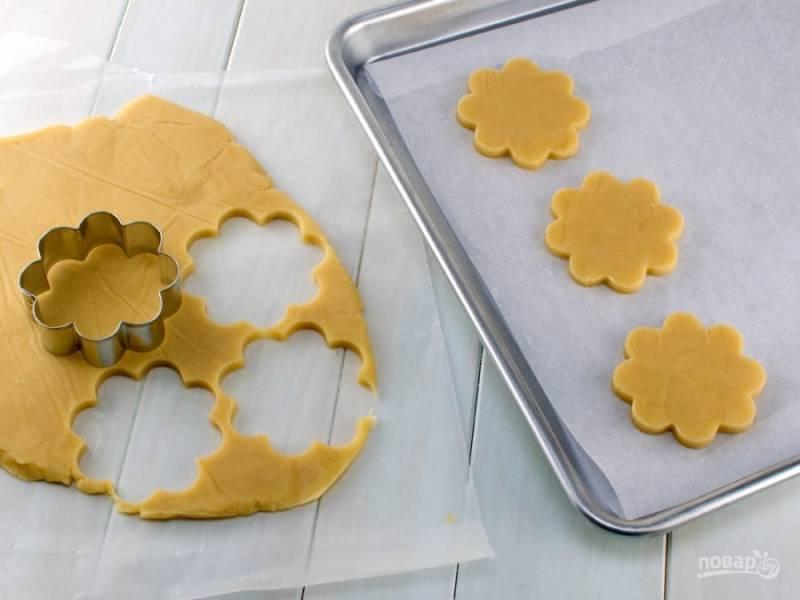 Вырежьте из теста печеньки нужной формы.