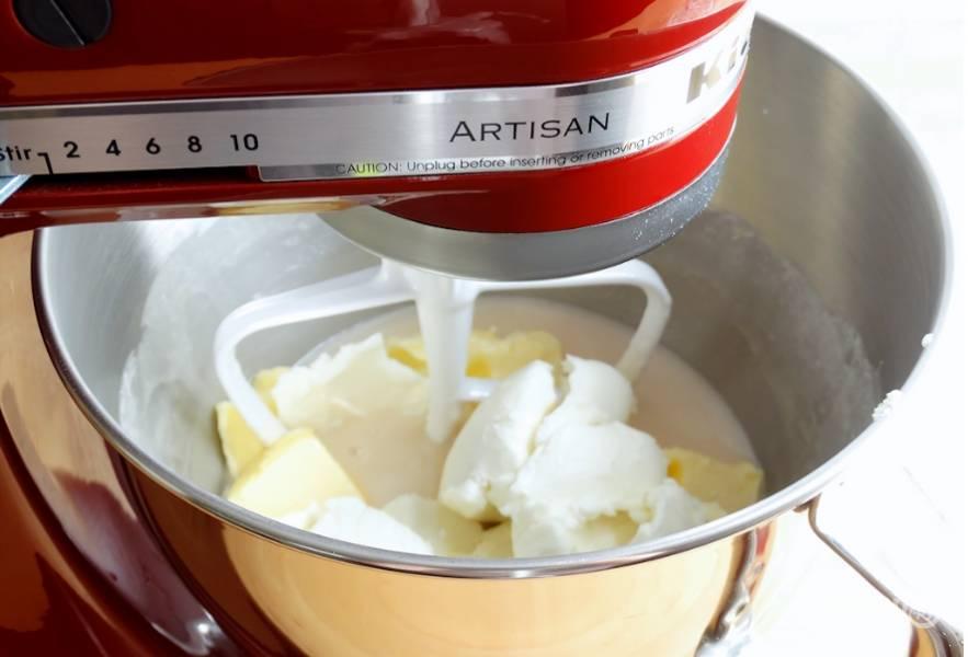 3. И вот дальше добавим чуть подтаявшее кокосовое и сливочное масло, взбиваем до однородности.