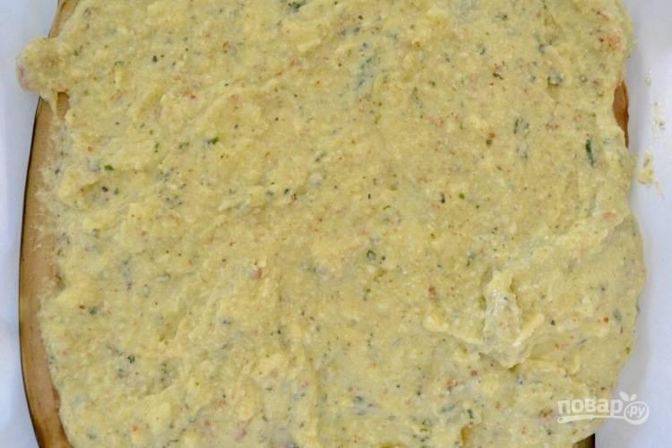 3. На баклажаны распределите в один слой сырную смесь.