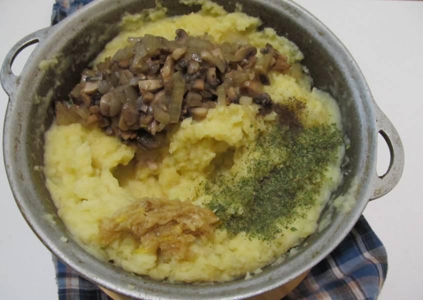3. Когда картошка будет готова, сливаем воду, добавим растительное масло (или что-то другое из вышеуказанных добавок), и измельчим при помощи блендера или толкушки в пюре. Затем добавим специи, грибную смесь и немного капусты. Перемешаем тщательно. Кстати, тушеную капусту можно не добавлять. И так будет вкусно.