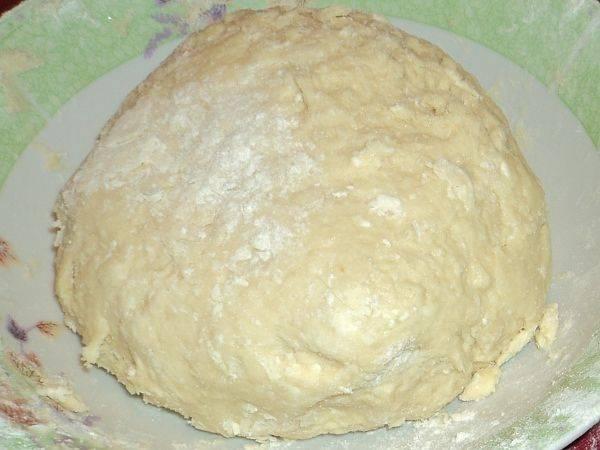 3. Постепенно ввести просеянную муку и соду. Замесить мягкое, но довольно крутое тесто. Отправить его минут на 25-35 в холодильник.