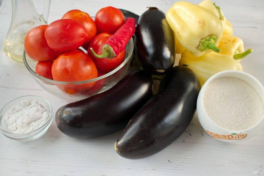 Подготовьте необходимые продукты. Овощи вымойте, чеснок очистите. Перец разрежьте, удалите семена.