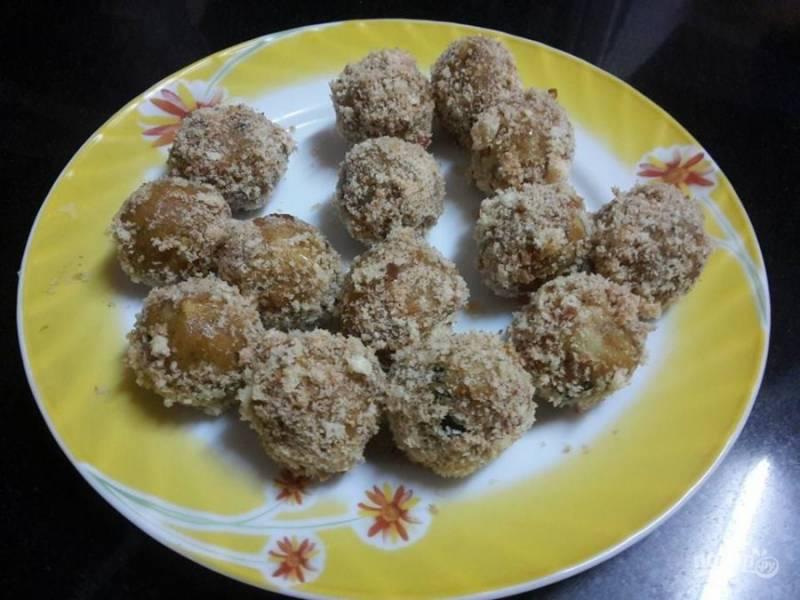 5. Из овощной смеси сформируйте шарики, обваляйте их в панировочных сухарях.
