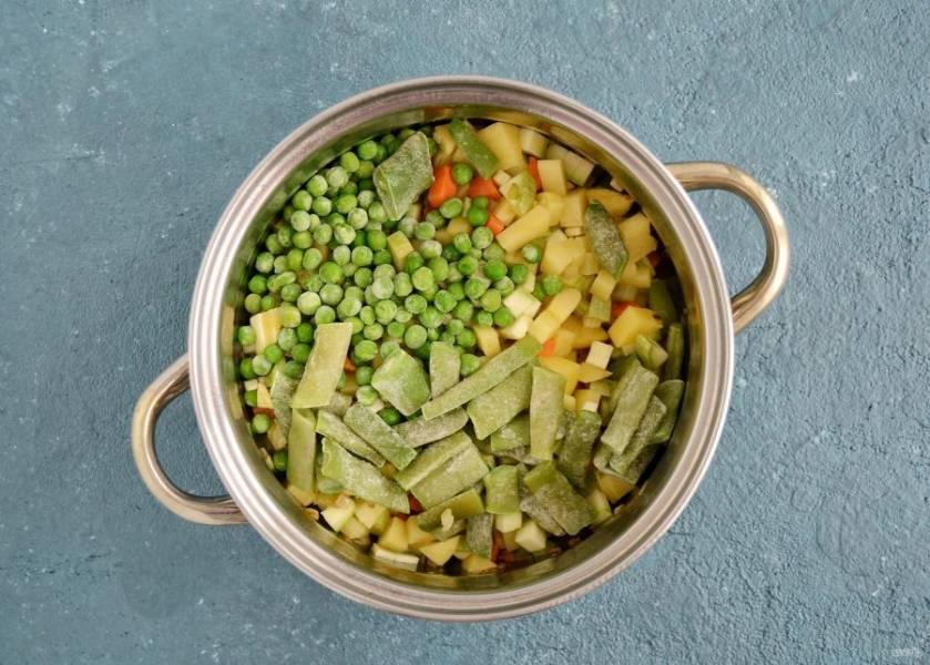 Добавьте нарезанный картофель, кабачок, зеленую фасоль и горошек.
