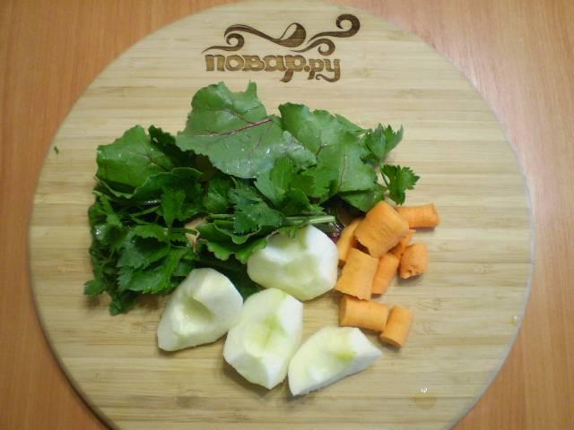 Режем на куски для удобства зелень, морковь, яблоко. Если у яблока кожура жесткая, её лучше снять.