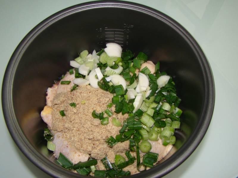 Измельчите зелень, орехи пропустите через мясорубку или блендер. Курицу промойте и разделайте на куски. Выкладывайте слоями в миску мультиварки: курица, орехи, лук.