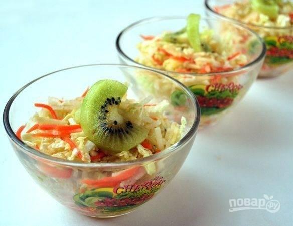 Готовый салат можете украсить кусочками киви. Приятного аппетита!