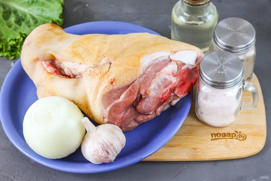 Подготовьте указанные ингредиенты. Свиную рульку тщательно промойте в воде, соскоблите ножом кожу и еще раз промойте, ошпарьте ее кипятком.
