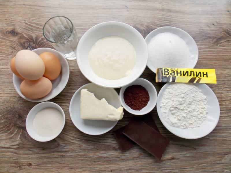 """Подготовьте все необходимые ингредиенты для приготовления торта """"Шоколадное птичье молоко"""". Включите духовку разогреваться до температуры 180 градусов."""