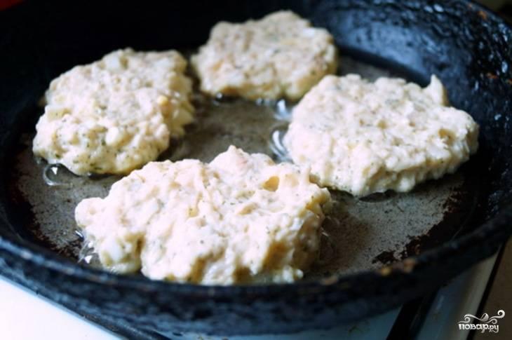 В сковороде разогреваем  растительное масло, теперь столовой ложкой, смоченной в воде, набираем фарш и выкладываем его на сковородку. Когда все котлеты будут в сковороде, накрываем ее крышкой и жарим котлеты на среднем огне до румяной корочки, затем переворачиваем и обжариваем с другой стороны.