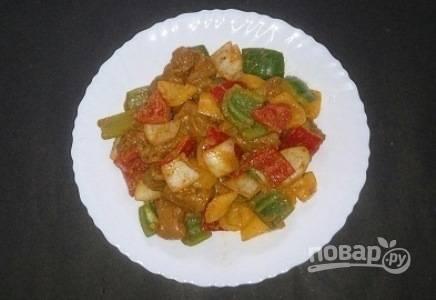 Туда же добавьте нарезанные овощи, накройте крышкой и оставьте мариноваться на 4-6 часов.