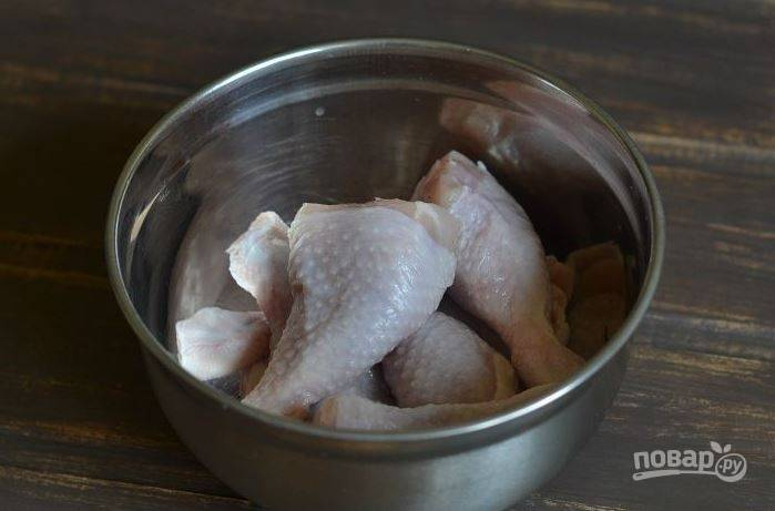 Вымойте и обсушите куриные голени. В этом рецепте можно использовать любые части курочки. В том числе подойдет и куриная грудка, которая снизит калорийность блюда.
