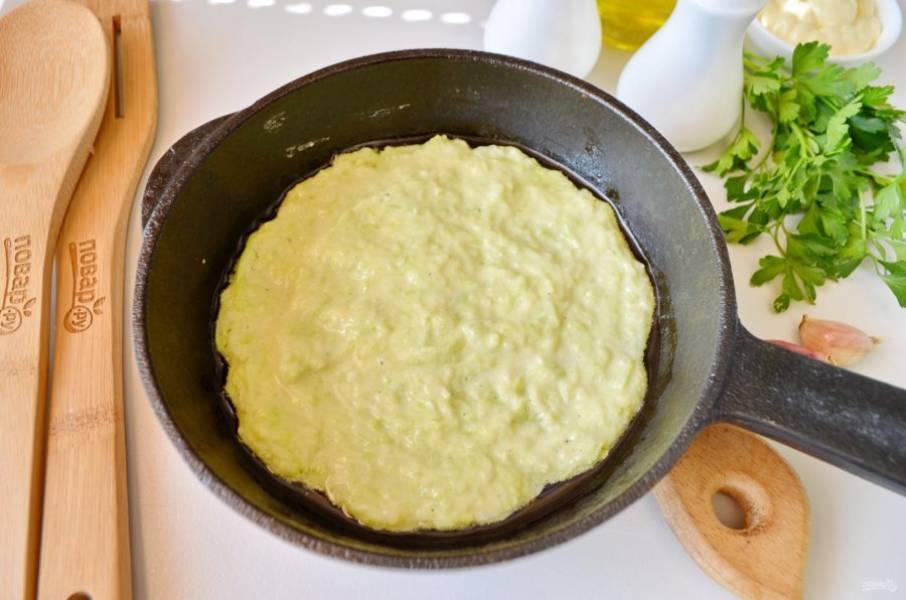 Разогрейте сковороду, смажьте маслом. Столовой ложкой набирайте кабачковое тесто и распределяйте равномерно по сковороде. Жарьте до румяной корочки. Осторожно лопаткой переверните и обжарьте с другой стороны блинчик. Если вам сложно перевернуть его лопаткой, тогда разогрейте вторую сковороду, перекиньте блинчик сырой стороной на нее и доведите его до готовности. Таким способом я часто жарю блины, это экономит время.