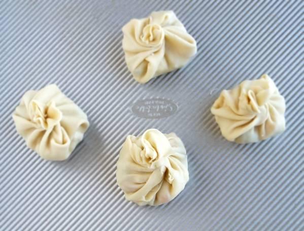 4. Остывшую начинку поместить в тесто и плотно залепить края. Овощные манты в домашних условиях можно готовить на пару или запекать в духовке.