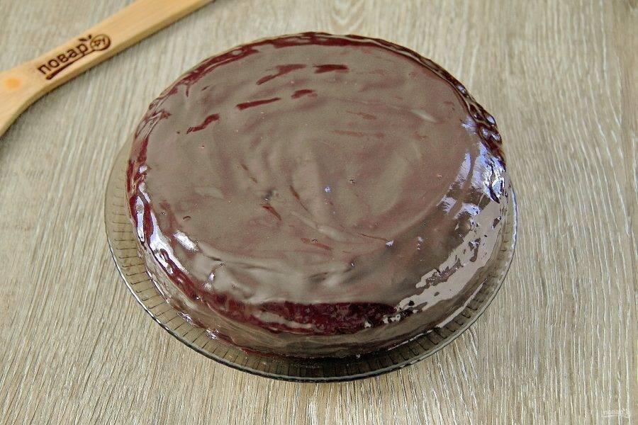 Нижний корж накройте верхним. Со всех сторон обмажьте торт оставшимся кремом.
