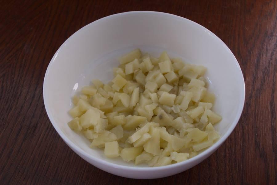 Картофель нарезать кубиком. Я использую картофель, приготовленный в мундире.
