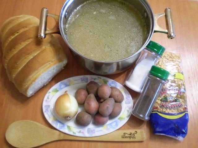 Подготовим продукты для супа. Я заранее отварила куриный бульон. Если такового нет, можно сварить суп на воде.