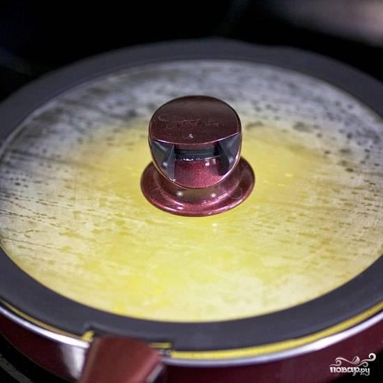 Накрываем сковороду крышкой и готовим омлет на среднем огне до полной готовности.