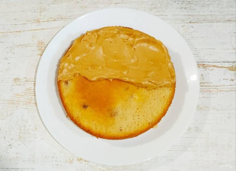 Приступайте к сборке торта. Бисквиты пропитайте сиропом, на каждый корж уходит примерно 100 мл. Затем смажьте каждый корж кремом, а также покройте кремом поверхность торта.