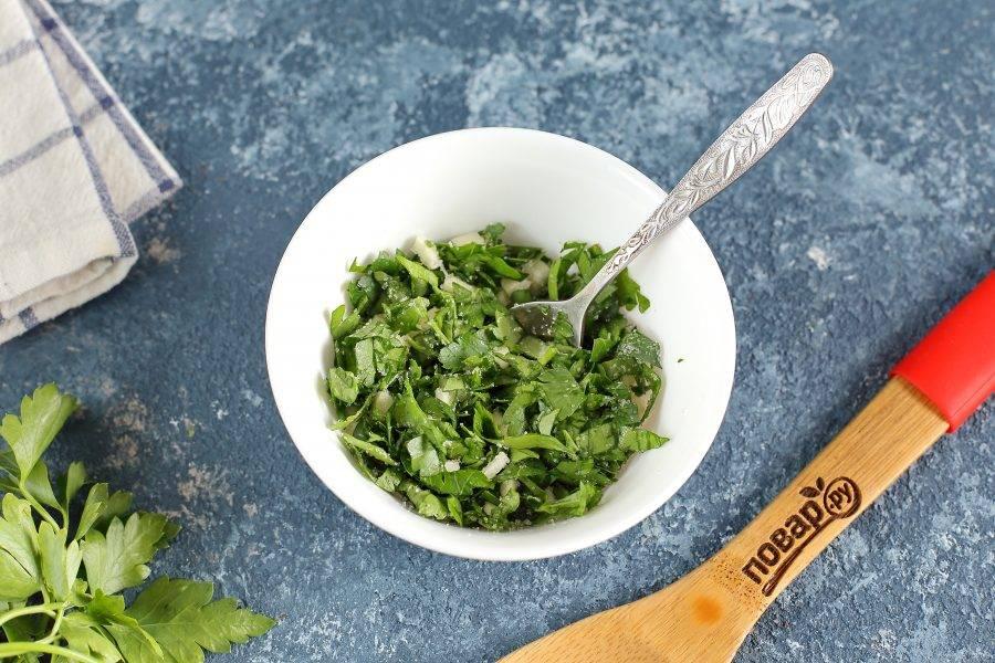 Зелень и чеснок измельчите ножом, соедините, добавьте сахар и перемешайте.