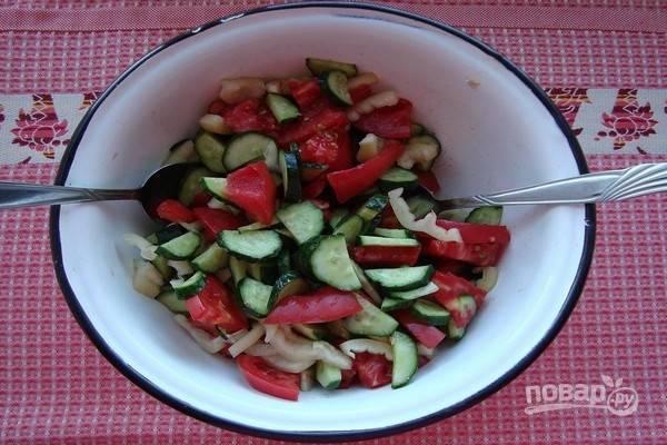 4.Сложите все подготовленные продукты в салатную миску (пластиковую или эмалированную), добавьте соль по вкусу и аккуратно перемешайте салат снизу-вверх с помощью 2-х столовых ложек.