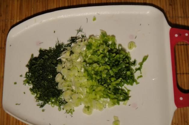 Зелень промойте и мелко порубите.