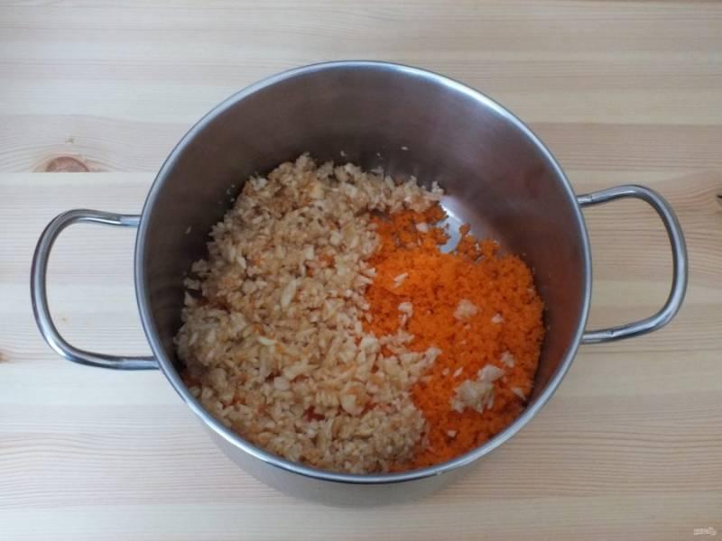 В блендере или через мясорубку измельчите морковь и яблоки. Переложите в кастрюлю с толстым дном.