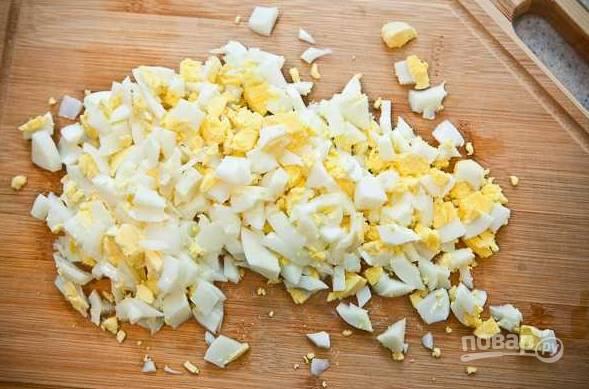 6. Яйца остудите, очистите и измельчите.