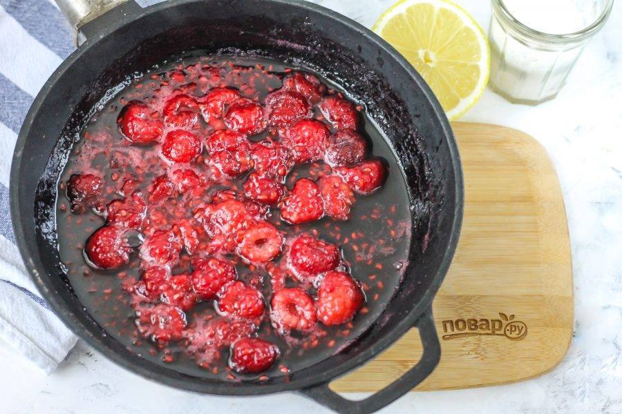 Влейте лимонный сок и протомите примерно 3-5 минут, чтобы ягоды отдали сок, но не потеряли форму. Остудите в течение 10-15 минут.