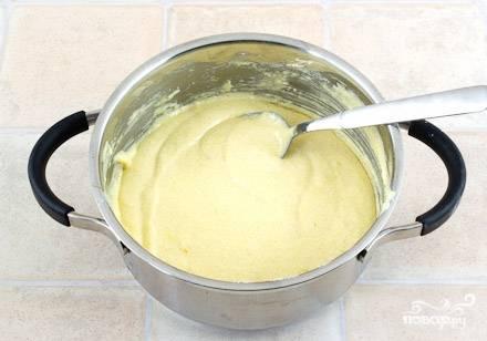 Для начала разберемся с кремом. Смешиваем 5 желтков (которые мы получаем из 5 яиц), ванильный сахар и половинку натертой цедры лимона до однородной массы. После этого добавляем муку и опять же перемешиваем. Теперь вливаем немного теплого молока, интенсивно перемешивая.