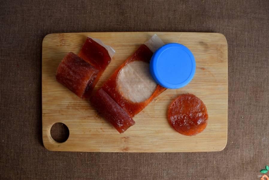 Для наполнения я взяла домашнюю яблочную пастилу и вырубила из нее кружки такого же размера, как и заготовки для печенья.