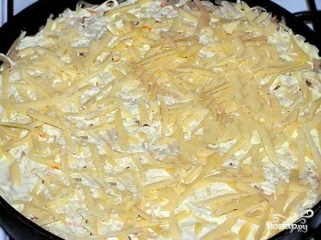 Заливаем сметанной заливкой. Накрываем оставшейся частью картофеля, солим совсем чуть-чуть. Выливаем остатки заливки, присыпаем тертым сыром и отправляем в духовку на 40 минут. Температура — 180 градусов.