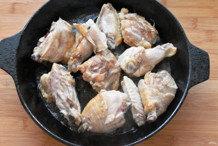 Курицу разделите на порционные куски и обжарьте на смеси оливкового и сливочного масла до легкой корочки. Сливочного масла берите 20 грамм.