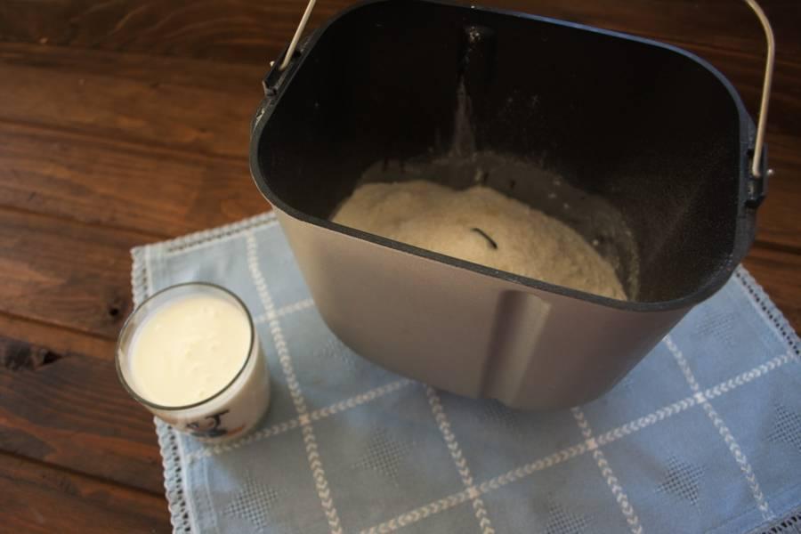 Добавляем  1 ч. ложка соли, 5 ст. ложек сахара. Вливаем кефир.