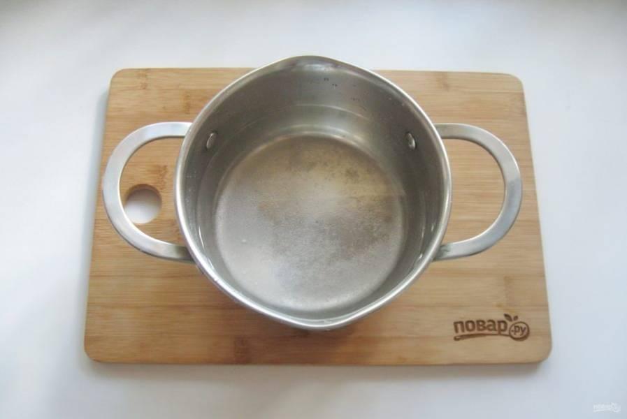 Приготовьте маринад. В кастрюлю налейте воду. Добавьте соль и сахар.