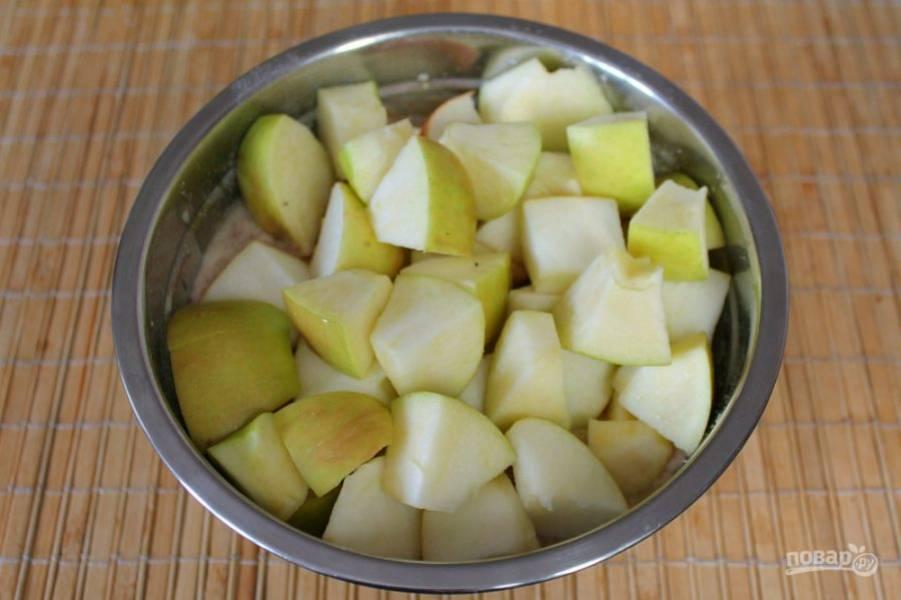 Сердцевину из яблок вырезаем. Режем яблоки на кусочки и добавляем в миску.